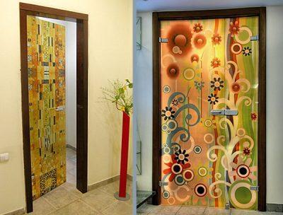 Дверь, оформленная обоями