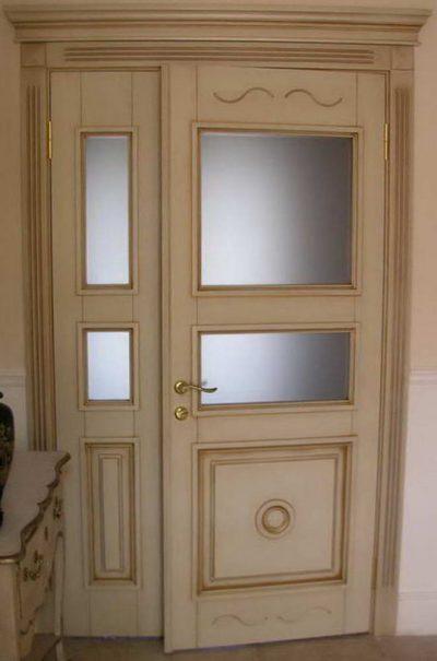 Белые деревянные ассиметричные конструкции, которые становятся эффектным дополнением помещения