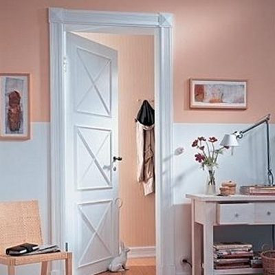 Портал на межкомнатную дверь с отделкой молдингами и другой лепниной