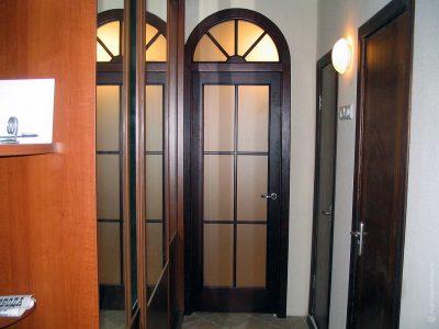 Дугообразные двери с фрамугой