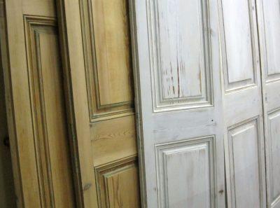 Двери с перекосами и трещинами, которые нуждаются в восстановлении или замене на новые аналоги