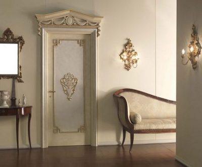 Обычная щитовая дверь после декорирования фигурной рейкой