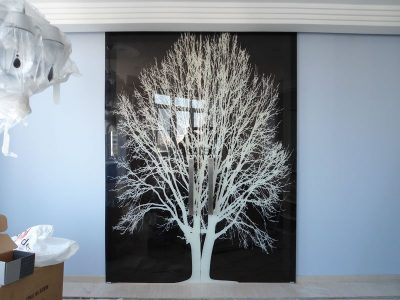 Дверь в комнату черного цвета с белой печатью для современного интерьера