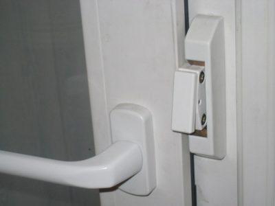 Защелка на пластиковую дверь