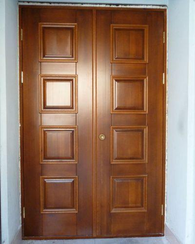 Двухстворчатая дверь из массива дерева