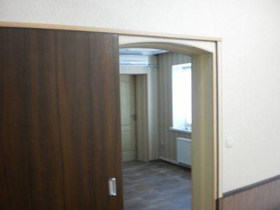 Раздвижная дверь над арочным проемом, фото