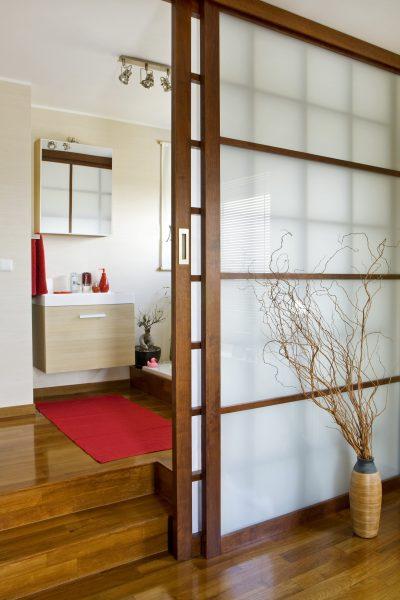 Легкая раздвижная створка из деревянной рамы и пластиковых полупрозрачных вставок