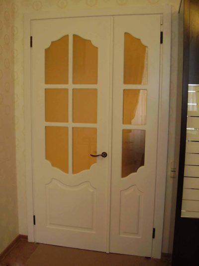 Классические белые двери ассиметричного типа, дополняющие собой интерьер