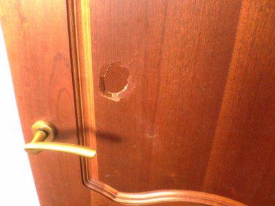Межкомнатная дверь с видимым заводским браком