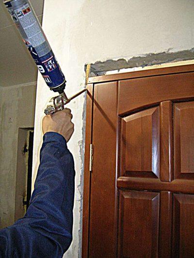 Запенивание щелей между конструкцией и стеной