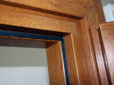 Установка входной двери в баню из сруба