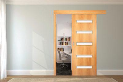 Сдвижная дверь с рельсовой направляющей в нижней части