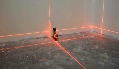 Разметка перегородки из гипсокартона лазерным уровнем
