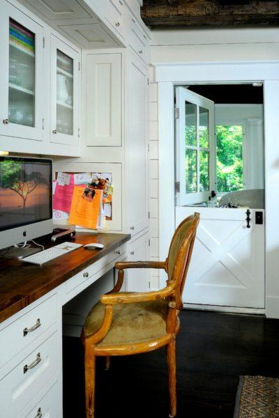 Конюшенные двери – разновидность распашных с вертикальным расположением двух полотен