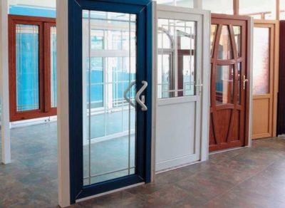 Пластиковые двери с различной раскладкой – набором элементов декора внутри каркаса