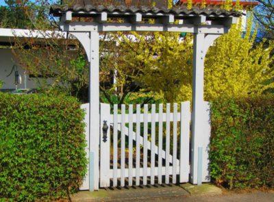 Садовая дверца в уровень с живой изгородью