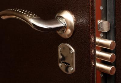 Металлическая дверь с замком