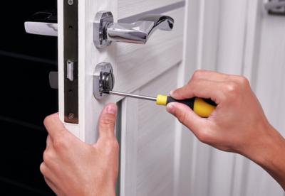 Открыть дверь при помощи инструментов