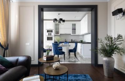 Акцентный цвет дверного проема подчеркивает стиль интерьера