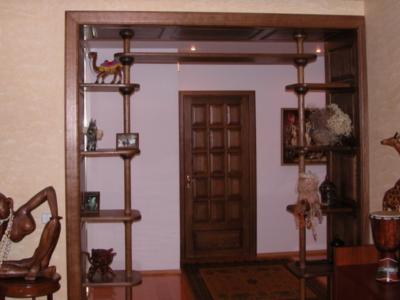 Открытый проем с декоративными полочками